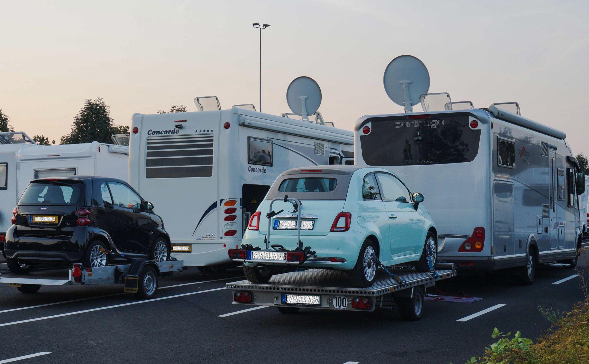 Wohnmobile mit PKW auf Anhänger