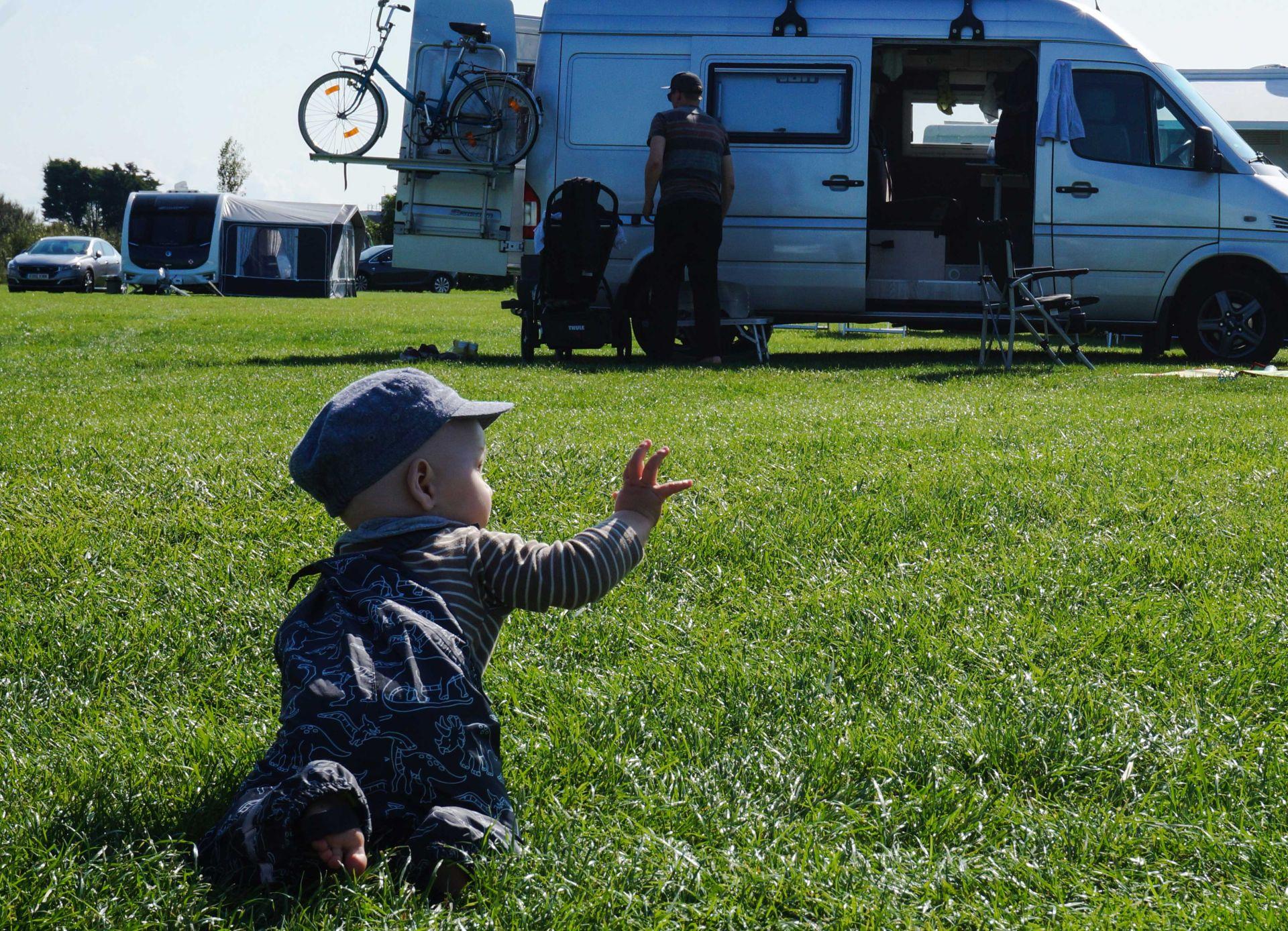 Kind auf Campingplatz