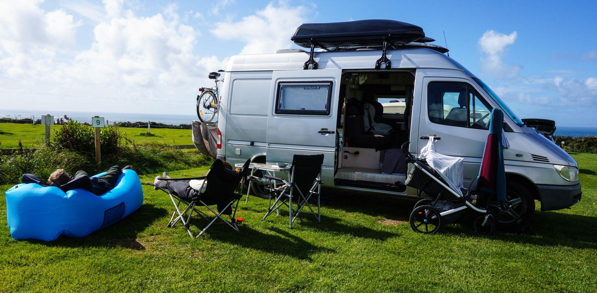 Camper auf einer Klippe mit Blick auf Atlantik