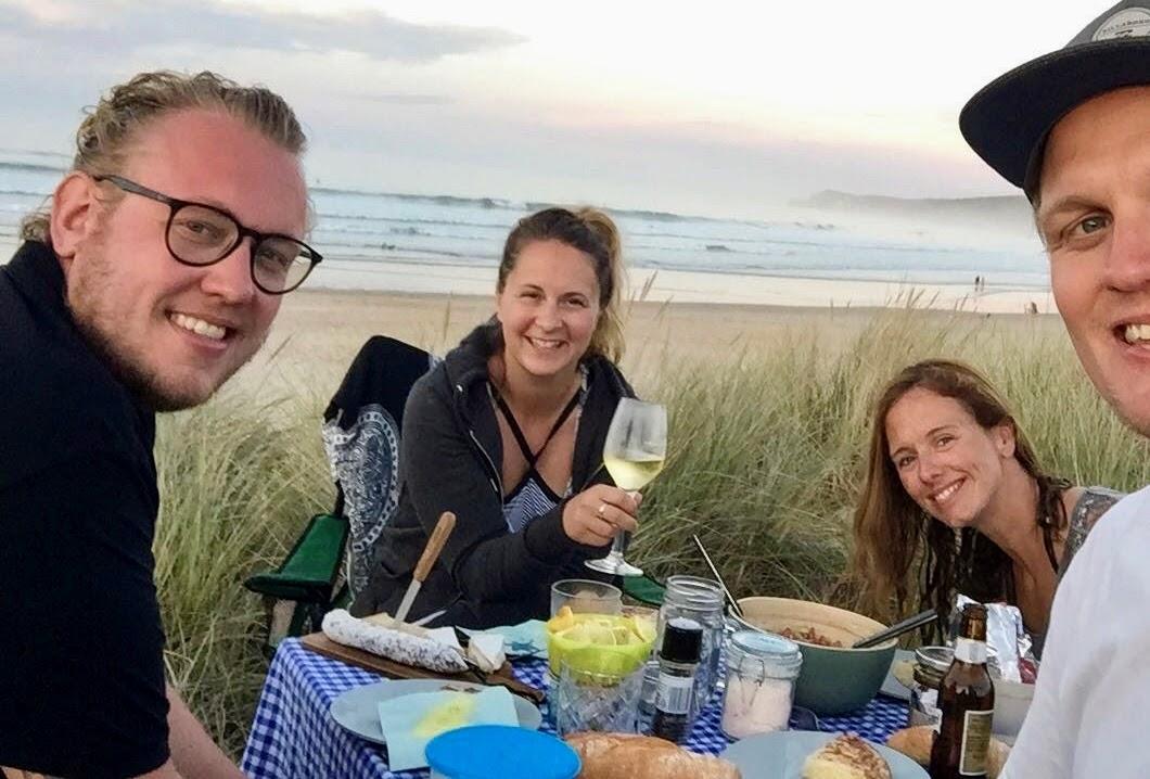 Freunde beim Abendessen am Strand
