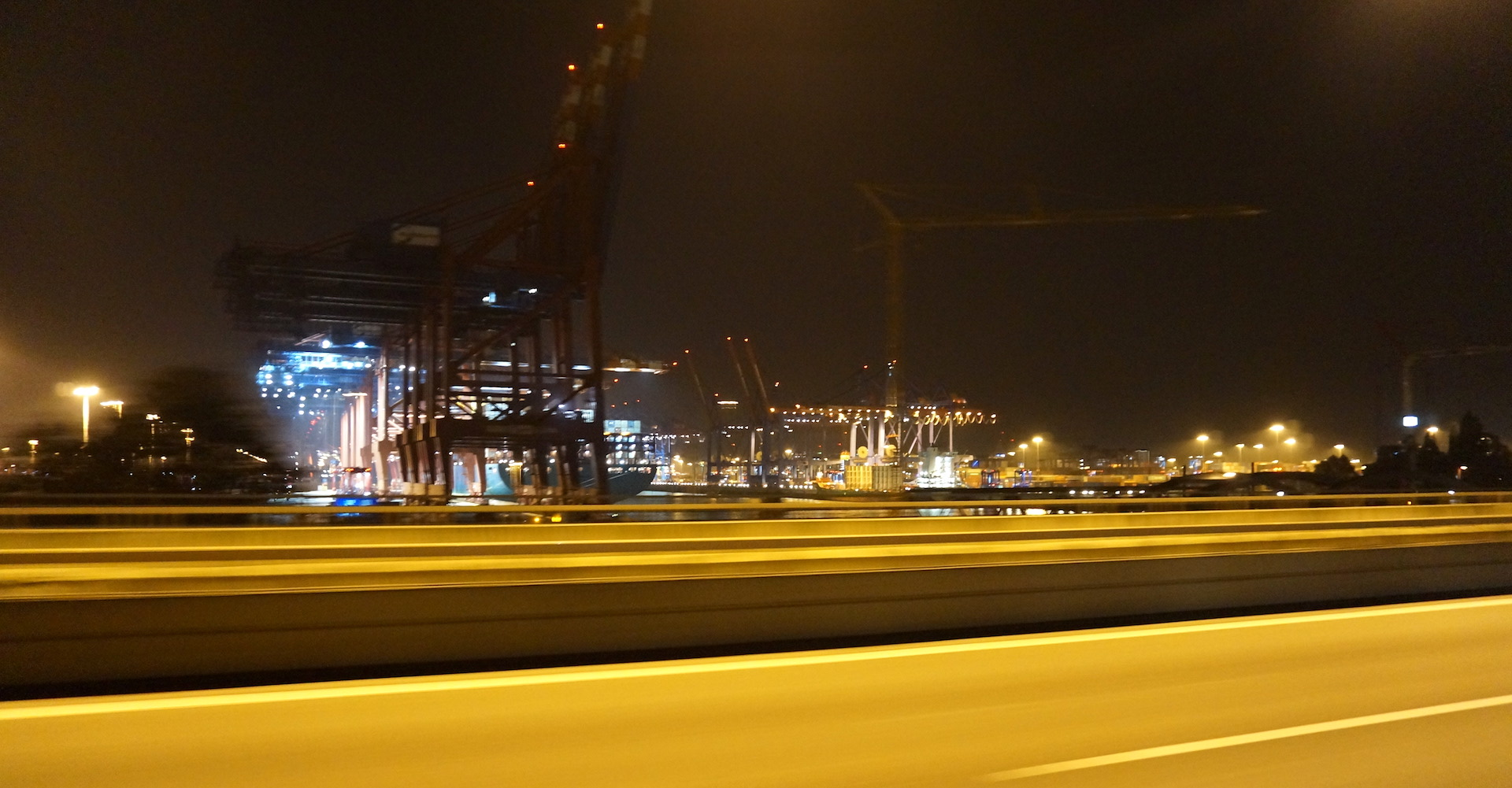 Blick auf den Hamburger Hafen bei Nacht